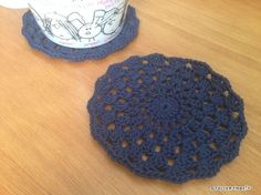 長編みと鎖編みだけで編める、簡単コースターの編み図です。1段毎に、長編みの目数を増やしていくだけ^^シンプルな編地ですが、そんなに透けていないので、冷たい飲み物などにも使えると思います。サイズは、直径11㎝ぐらいで、大き