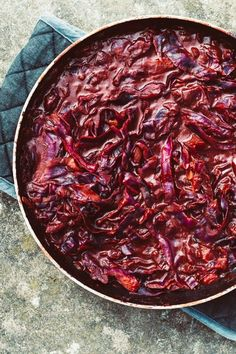 Red cabbage is one of those vegetables that most people seem to only enjoy at Christmas or with a roast. But red cabbage is so much more. It's meaty, rich and so versatile. In this recipe it forms a great backing for this rich and decadent ragu sauce. Vegan Soups, Red Cabbage, Winter Recipes, Winter Food, Soups And Stews, Roast, Beef, Autumn, Vegetables