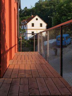 Nerezové sítě X-TEND zajišťují zábradlí balkonů administrativních budov - Carl Stahl & spol, s.r.o Carl Stahl, Stainless Steel Mesh, Czech Republic, Deck, Architecture, Outdoor Decor, Home Decor, Balcony, Arquitetura