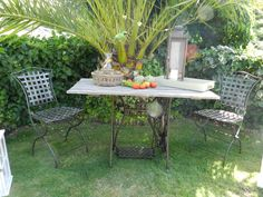 Mesa exterior realizada con pie de maquina de coser y sobre de madera recuperada. Trabajo de Before&After