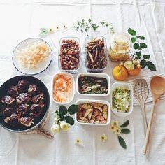ちょっと時間があるときに、ぱぱっと作り置き&常備菜を作ってしまうと、毎日の食事の支度がとってもラクチン。 時間が経つことで美味しさが増すのも楽しみのひとつです。 定番はもちろんですが、ちょっと変わったレシピも紹介します!