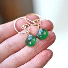 Diese stilvollen swirly Ohrringe verfügen über schöne grüne Peridot ...