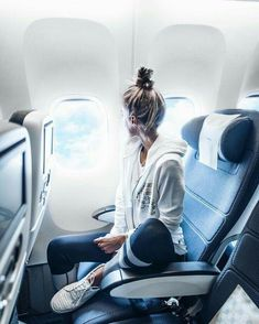 Chic poses you should do the next time you travel by plane - Travel World