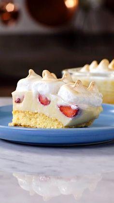 ¡Disfruta sin moderación ese irresistible pastel de fresa con merengue!
