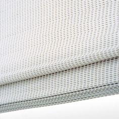 De bestaande gordijnen in de woonkamer vervangen door vouwgordijnen. In de keuken ook vouwgordijnen plaatsen