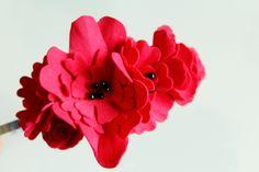 Čelenka vyrobená z červeného foamiranu a černých pestíků Scrapbook, Scrapbooking, Guest Books, Scrapbooks