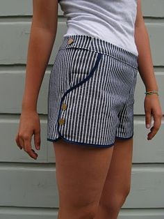 Love this project - Ruby shorts pattern. BurdaStyle Ruby Shorts - revised look (really like this style! new summer project ♥ sweet shorts This is a sewing pattern from burda I think. look how she nicely adapted the pockets.all dressed up and nowhere to Sewing Patterns Free, Clothing Patterns, Sewing Tutorials, Dress Patterns, Sewing Projects, Pattern Sewing, Pants Pattern, Sewing Pants, Sewing Clothes