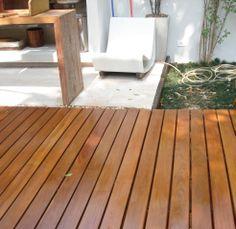 133- Deck de Piscina com acabamento em Verniz da Suvinil que possui alta resistência a ação do sol, chuva e fungos.