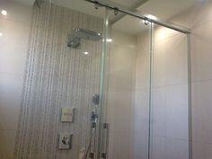 Sprchovací kút s posuvnými dverami z kaleného bezpečnostného skla.