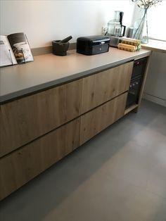 Eiken keuken op maat gemaakt door Maek meubels met een grijs composiet blad.  Alkmaar