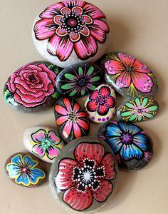 Galets peints , fleurs multicolores