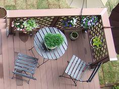 当店自慢の人工木フェンス付ウッドデッキを設置していただきました♪ラティス部分にはプランターなども飾られており、すてきな憩いの空間が広がっていますね♪