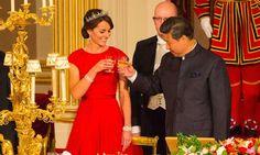 Rojo y diamantes para el debut de la Duquesa de Cambridge en un banquete de Estado