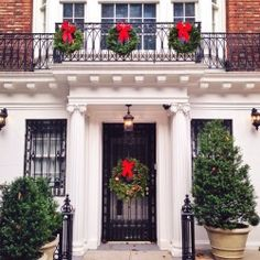 Classic and festive decor spotted on the Upper East Side #nyc #uppereastside