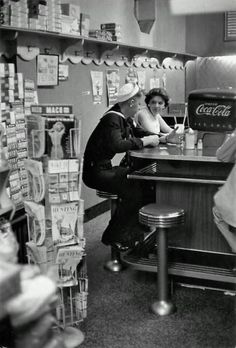 Soda fountain, 1957 © Henri Cartier-Bresson How my own grandparents met! He was a sailor with a milkshake addiction and she worked at the local shoppe. Henri Cartier Bresson, Vintage Pictures, Old Pictures, Old Photos, Candid Photography, Street Photography, Retro Photography, Vintage Diner, 50s Diner