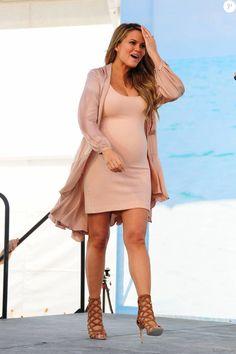Christine Teigen, enceinte - Séance de dédicaces pour le magazine Sport Illustrated Swimsuit 2016. à Miami, le 17 février 2016.
