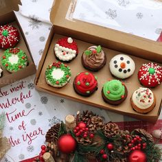 Learn how to make delicious Christmas cupcakes for kids and the whole family. These will make perfect easy Christmas desserts over the festive season and the tutorial below will show you how to make them step by step! Christmas Cupcakes Decoration, Christmas Desserts Easy, Holiday Cupcakes, Christmas Snacks, Christmas Cooking, Christmas Goodies, Holiday Treats, Holiday Recipes, Christmas Parties