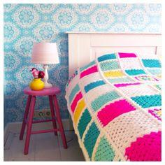 The crochet quilt is an alternative to make the room much more charming and cozy. Crochet Bedspread Pattern, Crochet Ripple Blanket, Crochet Cushions, Crochet Patterns, Crotchet Blanket, Crochet Home, Knit Crochet, Coverlet Bedding, Manta Crochet