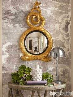 "Dhong channeled ""the grandeur of English country houses"" for the foyer. Fornasetti Nuvole paper by Cole and Son. Entwined dolphins mirror by Carvers' Guild. Helmet Head table lamp, Ralph Lauren Home. San Francisco Houses, Cole And Son, Elements Of Style, Design Blog, Design Art, Deco Table, Of Wallpaper, Interiores Design, Vignettes"