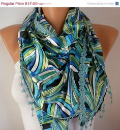 ON SALE Rainbow Women Scarf   Cowl with Lace  por fatwoman en Etsy