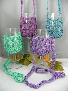 Hands free wine glass holders - U Tube tutorial Crochet Crafts, Yarn Crafts, Crochet Projects, Wine Craft, Wine Bottle Crafts, Crochet Mug Cozy, Knit Crochet, Mug Cozy Pattern, Free Pattern