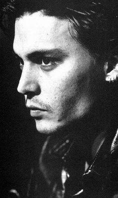 Johnny Depp - Não sei o que é mais bonito, ELE ou a foto em preto e branco.