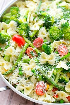 Loaded with a rainbow of springtime vegetables and lots of Parmesan, this garden-fresh pasta primavera is a delicious and healthy spring side dish! Sub GF pasta Pasta Primavera, Pasta Recipes, Salad Recipes, Cooking Recipes, Lunch Recipes, Meat Recipes, Soup And Salad, Pasta Salad, Pasta Food