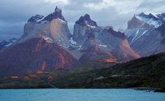 O Maciço Paine é uma impressionante aula de geologia, com seus diferentes estratos rochosos. Seu topo é formado por uma grande camada sedimentar (já inexistente na torres), enquanto que a parte intermediária é de granito. Vento, gelo e terremotos contribuíram na forma singular das montanhas, repleta de picos e vales