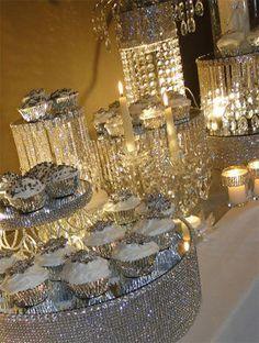 Mesa de postres decorada con extensiones de luces de LED y bases de postres con malla de imitación de diamantes.