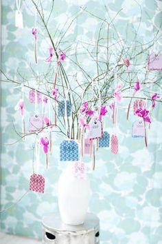 """""""Baum als Gästebuch"""" - einfach hübsche Zweige nehmen und von den Gästen Karten dran hängen lassen"""