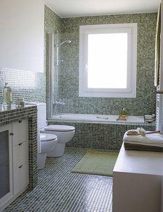 cuarto de bao revestido con gresite verde