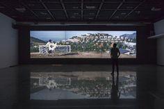 """Vista de la proyección del video """"La Ofrenda"""", de Andrés Durán, en la Sala de Arte CCU, Santiago de Chile, 2017. Cortesía: CCU en el Arte"""
