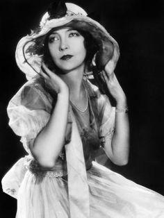 Born Lillian Diana Gish October 1893 in Springfield, Ohio. Hollywood Icons, Vintage Hollywood, Hollywood Glamour, Classic Hollywood, Hollywood Stars, Hollywood Actresses, Dorothy Gish, Lillian Gish, Mary Pickford