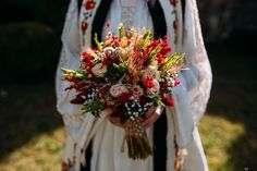 Buchete de mireasă în stil tradițional Floral Wreath, Bloom, Feminine, Wreaths, Traditional, Table Decorations, Flowers, Weddings, Dresses