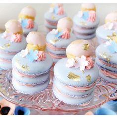 Perfeição de macarons #mae_festeira #macarons #macarrons #gold #sweets By @arelio_sweetbox by mae_festeira