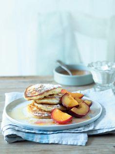 Kombinace sladkých nektarinek s pomerančovým likérem s dozlatova usmaženými lívanečky je prostě neodolatelná! Pancakes, French Toast, Breakfast, Food, Morning Coffee, Essen, Pancake, Meals, Yemek