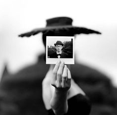 Graduated of Virginia's University in 1970 and owner of a master in Theology from Yale (1973), Rodney Smith studied at the same time photography next to Walker Evans.