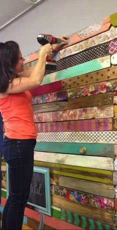 DIY Colored Pallet Wall Could be cute as an accent wall in a craft room Pallet Walls, Pallet Furniture, Pallet Tv, Diy Pallet, Pallet Projects, Home Projects, Pallet Ideas, Ideas Cabaña, Palette Deco