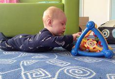 Liggend op de grond leren baby's veel.