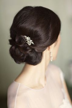 White and Gold Wedding. Bridesmaid Hair. Natural Hair. Wedding Hair Inspiration & Tutorials: The Classic Chignon
