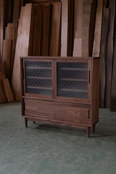 ウォールナットの木目が美しい食器棚です。 キッチン、というよりはリビングに置いてコーヒーカップなどを仕舞うイメ…