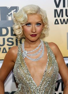 Gaga's Steak Fascinator, Katy's Purple Hair, and More VMAs Beauty Looks Christina Aguilera opted for a flapper vibe at the 2006 VMAs. Her hair was styled in Marcel waves and her lipstick was a deep plum shade. Retro Hairstyles, Hairstyles Haircuts, 1920s Long Hairstyles, Flapper Hairstyles, Finger Wave Hair, Finger Waves, Vintage Wedding Hair, Vintage Updo, My Hairstyle
