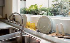 Secador de pratos em cozinha planejada economiza espaço na bancada.