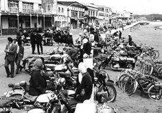 昭和30年代の初めの頃は、まだ自家用自動車が普及途上であったので、 行楽日には自転車とオートバイで来る人 が目立った。 その後、オートバイが急速に増え、大きな爆音を轟かす