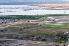 Nezahualcóyotl, Méx. 18 Julio 2013. Campos de futbol soccer en la Ciudad Deportiva de Neza; a la izquierda la cercana colonia El Sol; al fondo parte de los terrenos federales del Lago de Texcoco.
