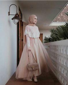 36 New Ideas For Party Graduation Outfit Hijab Prom Dress, Muslimah Wedding Dress, Hijab Evening Dress, Muslim Dress, Dress Outfits, Dress Brokat Muslim, Kebaya Dress, Dress Pesta, Look Fashion