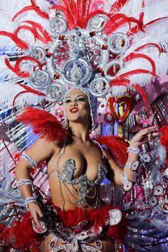 Carnival of Santa Cruz de Tenerife. Nominee for Queen of the 2013 Santa Cruz carnival Veronica Gil Perez performs on February 2014 in Santa Cruz de Tenerife on the Canary island of Tenerife, Spain. (Photo by Pablo Blazquez Dominguez/Getty Images) Carnival Dancers, Carnival Girl, Carnival Outfits, Rio Carnival, Carnival Costumes, Carnival Outfit Carribean, Showgirl Costume, Samba Costume, Big Dresses