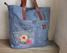 Artículos similares a Bolso de jeans reciclado, bolso de lona de hombro grande con bordado a mano y botones Vintage Decor en Etsy