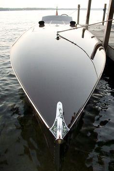 Le Manoosh gloss black boat