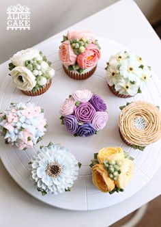 floral buttercream cupcakes - they are too gorgeous to eat! ~ we ❤ this! moncheribridals.com
